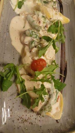 Saint Herblain, Fransa: Pâtes farcies aux asperges apéritif limoncello et tarte aux citron meringuée
