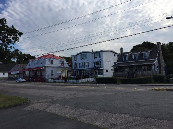 Дигби, Канада: Bayside Inn is the building in the middle, view from across street where parking is.