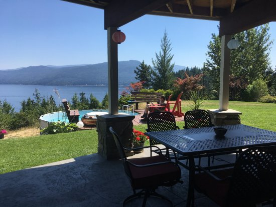 Scotch Creek, Canada: This is the outdoor patio, overlooking beautiful Shuswap Lake