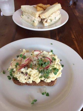 Monroe, Carolina del Norte: Egg salad on toast and Chicken salad sandwich