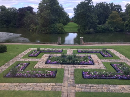 Altrincham, UK : Garden overlooking the lake