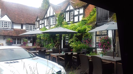 Sonning on Thames, UK: Hotel and outside drinking area