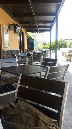 Woodys West End Tavern: Outside seating