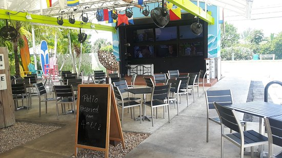 Woodys West End Tavern: Outside sports viewing area
