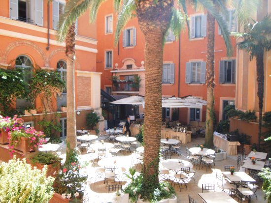 Hotel Ponte Sisto: breakfast served in courtyard
