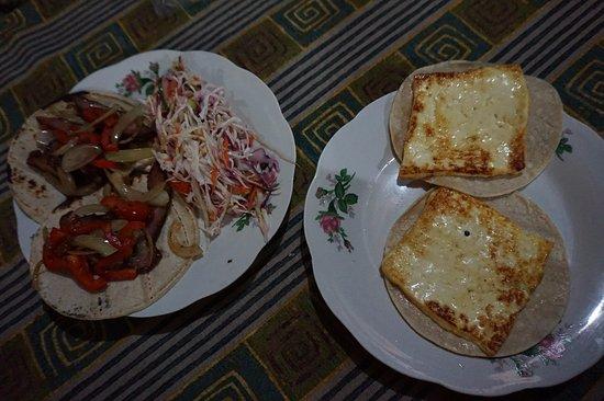 Soda Kawe: Gallos de carne ahumada con ensalada y queso frito