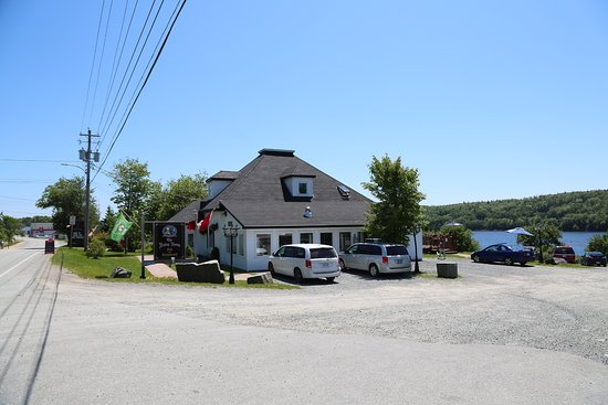 Sheet Harbour, แคนาดา: The Henley House Pub and Restaurant
