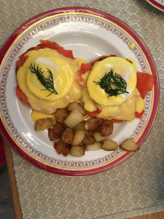 Duncan, Канада: Paul's take on eggs Benedict with smoked salmon