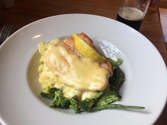 Gargrave, UK: Delicious Baked Salmon, Hollandaise sauce, creamy mash, served with green beans & broccoli.