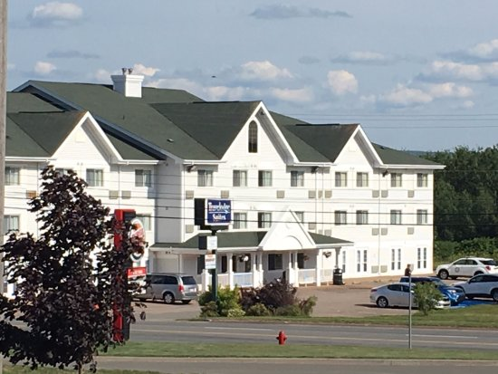 New Glasgow, Kanada: Travelodge view from the mall parking lot