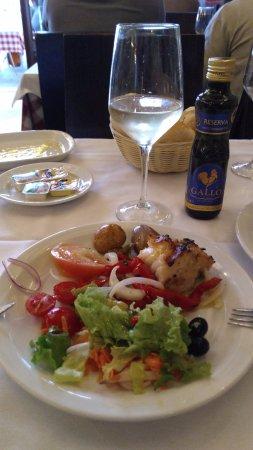 Bacalhau na brasa, salada e vinho verde