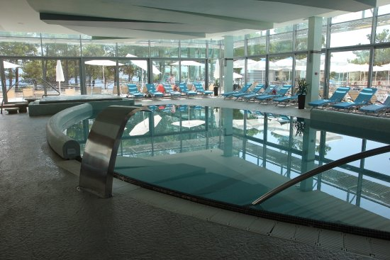 Bluesun Hotel Elaphusa: Indoor swimming pool, with heated spa at the back