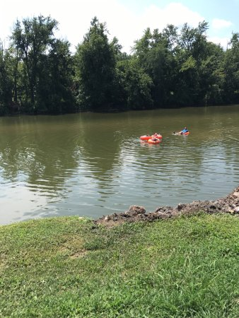 Berryville, VA: Fun place to get away, float down the river and camp.