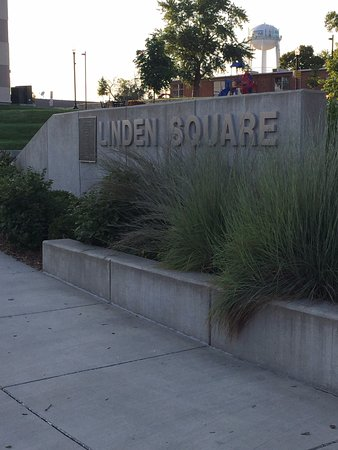Gladstone, MO: Linden Square