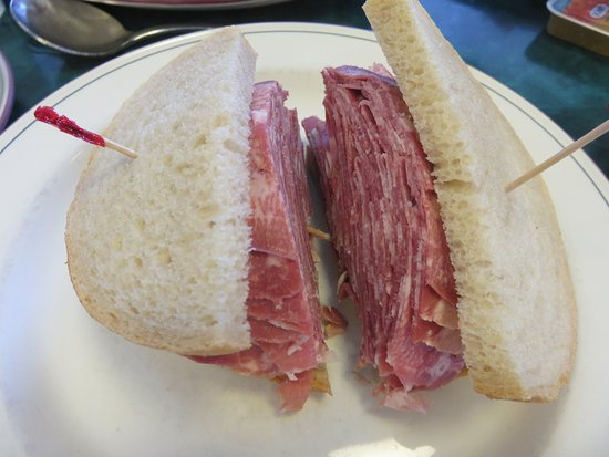 Thornhill, Canadá: Generous pickled Beef Tongue Sandwich