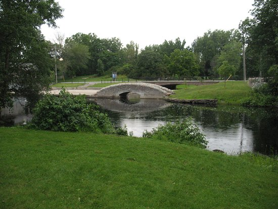 Perth, Kanada: This charming bridge was made more than a century ago of stones fitted together without mortar.