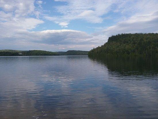 Saint-Alexis-des-Monts, Canadá: le lac à l'eau claire, près de l'auberge