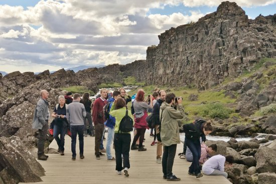 Thingvellir, Island: Peak season: So pristine... Iceland all to yourself... not.