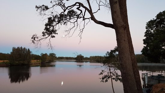 Forster, Australien: View from our cabin overlooking Wallamba River on sunrise