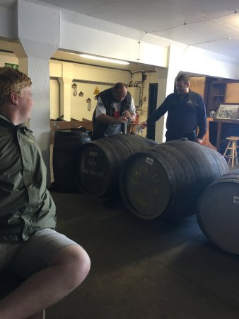 Port Askaig, UK: Drawing the whiskey during the tasting tour