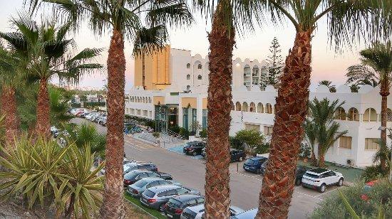 Marinas de Nerja Aparthotel: Widok na hotel od strony ulicy