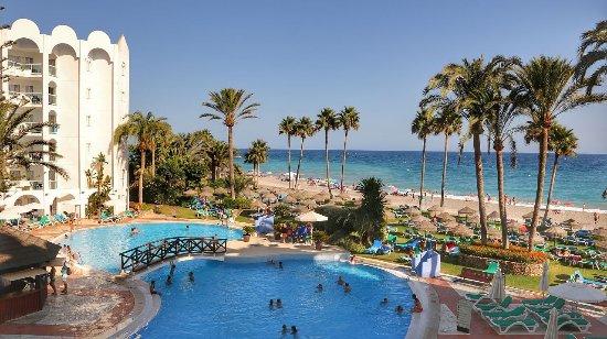 Marinas de Nerja Aparthotel: Widok z pokoju na basen i plażę