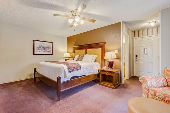 Plantation Inn Granbury : King Suites provide a secluded writing and sitting area with visibility of large screen t.v.