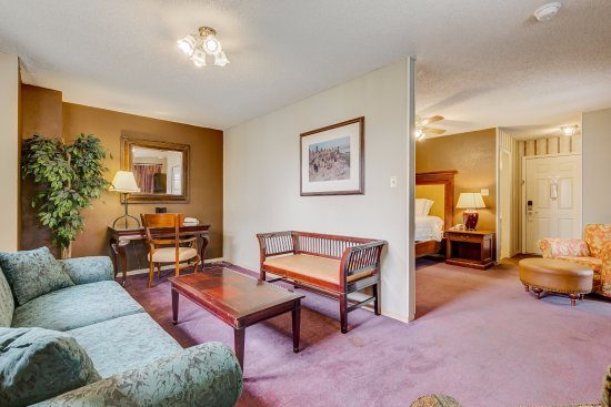 Plantation Inn Granbury: King Suites provide a secluded writing and sitting area with visibility of large screen t.v.