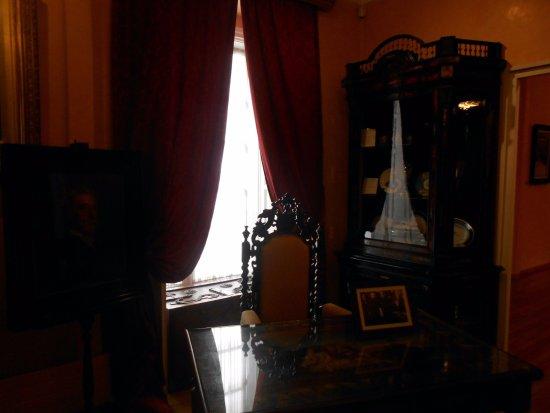 Emilia Pardo Bazan House Museum : Escritorio y vajillas