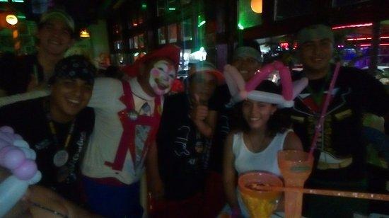 Carlos'n Charlie's Cancun: El Staff y el payasito festejando a mi hija por su cumpleaños