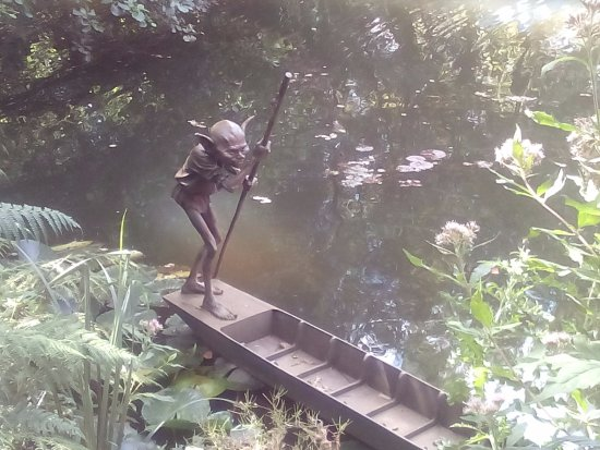Churt, UK: One of the sculptures on one of the lakes.