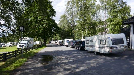 Bogstad Camp & Turistsenter: Warteschlange Neuankömmlinge vor kleiner Anmeldung für Camper rechts im Hintergrund