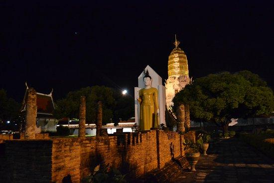 Phitsanulok, Thailand: Las ruinas , el chedi (estupa), el Buda iluminados: bello