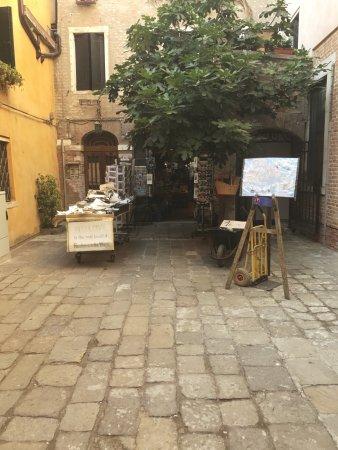 Libreria Acqua Alta: outside the shop
