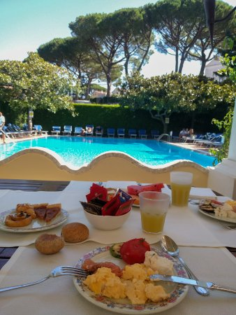 Breakfast by the pool picture of giordano hotel ravello for Hotels in ravello with swimming pool