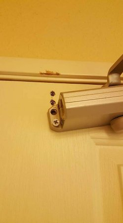 Country Inn & Suites By Carlson, Carlisle: Broken latch at the main door to the room