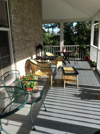 Stonehill Bed & Breakfast : Front porch