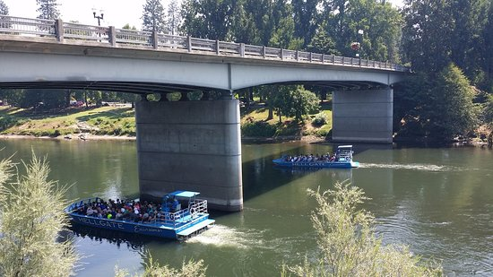 Grants Pass, Oregón: From the Deck, looking at tourist boats looking ready to race!