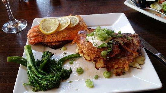 Grants Pass, Oregón: Salmon on Cedar slab, and the potato pancakes TDF
