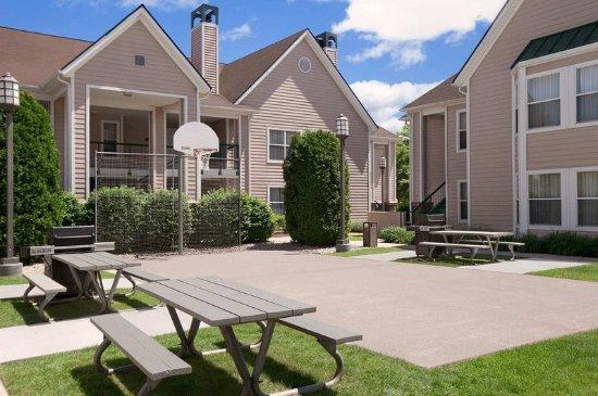 Homewood Suites by Hilton Hartford/Windsor Locks: On-site Basketball Court