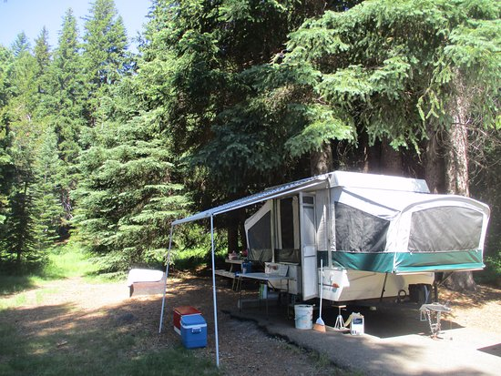 Diamond Lake, Oregón: Campsite: asphalt pad for rv, fire pit and picnic table beyond