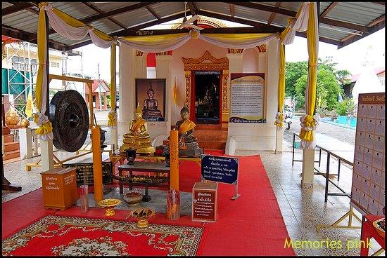 Nong Khai, Thailand: หลวงพ่อศรีองค์จำลองสำหรับจุดธูปเทียนสักการะบูชา