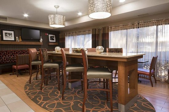 Rancho Cordova, Kalifornien: Dining Tables with TV
