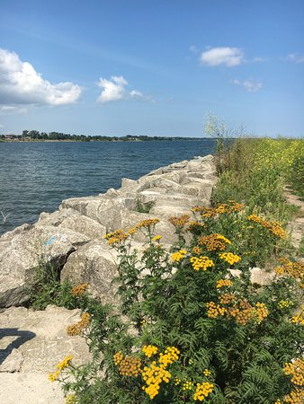 แมนิโทวอก, วิสคอนซิน: The rocks surrounding the marina