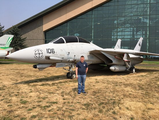 McMinnville, OR: Out front with the F14 TomCat.