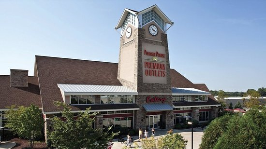 Waukegan, IL: Pleasant Prairie Outlet Mall. 15 miles from hotel