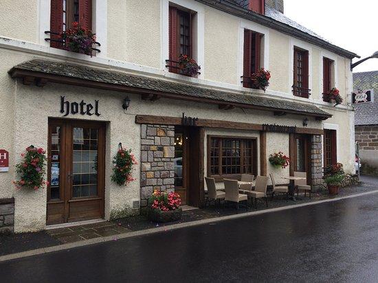 Hotel Restaurant du Plomb du Cantal: vue de la façade de l'hotel à l'entrée d'Albepierre