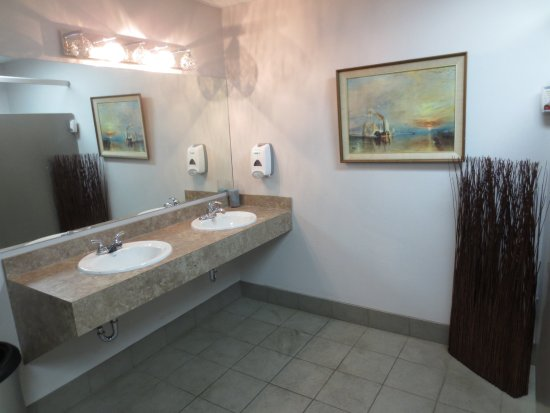 Innisfail, Kanada: men's room is clean and inviting