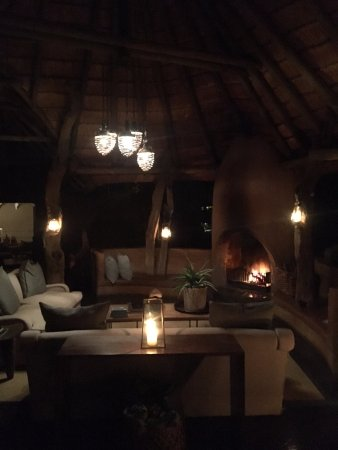 Madikwe Game Reserve, África do Sul: Dithaba Lodge at night