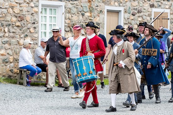 Louisbourg, Канада: The arrested thief is taken to the stocks.